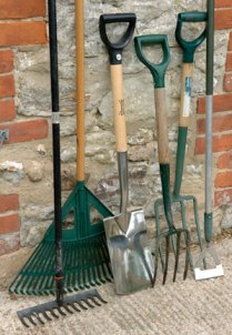 Use garden tools for perfect maintenance of garden for Gardening tools you need