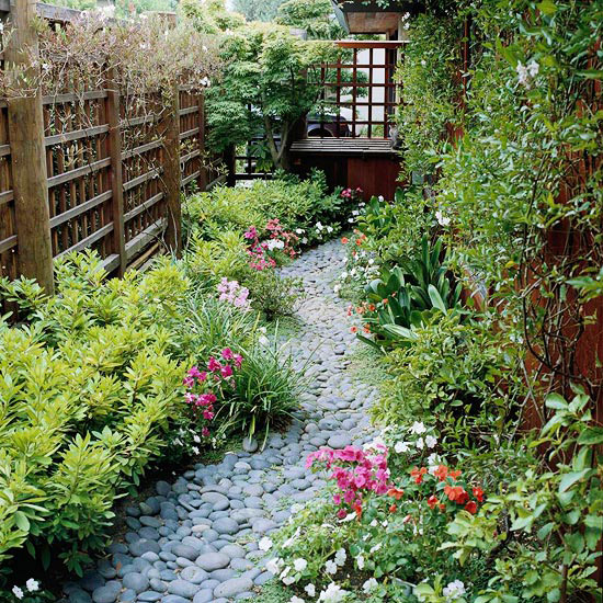 Side yard gardening the beauty of small size landscaping for Garden designs for side of house